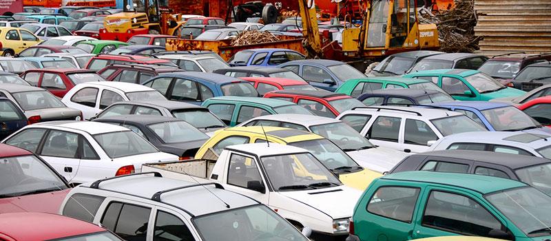 Carros antigos no estacionamento com seguro auto popular